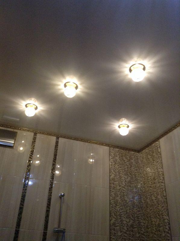 Отделка потолков в маленькой ванной комнате